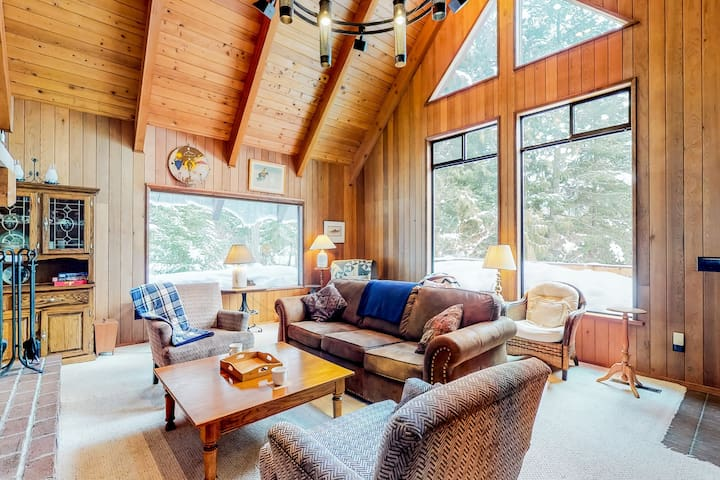 Spacious, rustic cabin w/ a great deck - near Lake Wenatchee!
