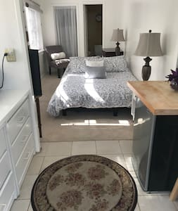 Very clean Bachelor apartment in Hollywood Hills