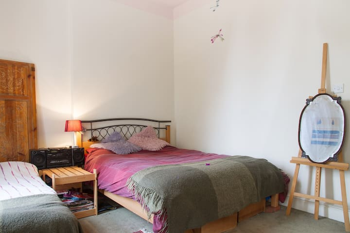 Large Double Room-sleeps 3, 2beds