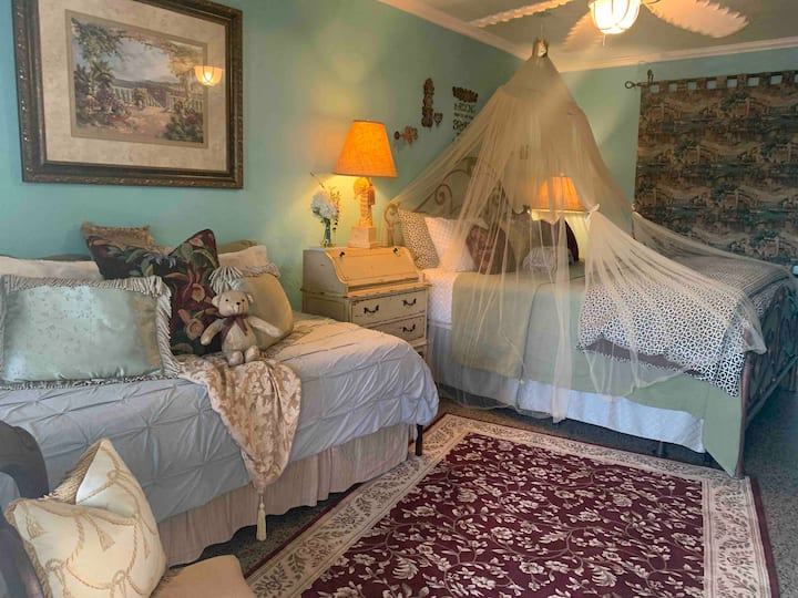 SHAMROCK ☘️ HISTORIC INN (KING THEMED WITH DAYBED!)