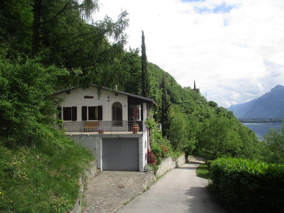 Voorkant van het huis in mei, rechts het Lago di Idro