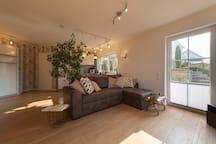 Wohn-, Schlaf-, Küchenbereich mit Gartenzugang
