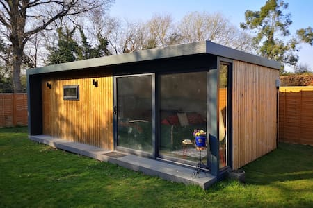 Private Garden Annex with Wifi and Sky Tv