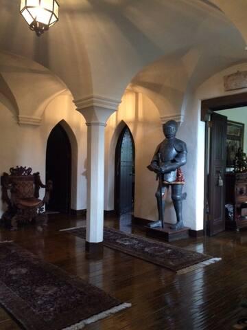 Suite w/queen bed & bath in mini-castle setting. - Hillsborough - Şato
