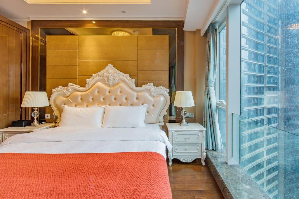 超大双人床,干净整洁中让您躺着看夜景