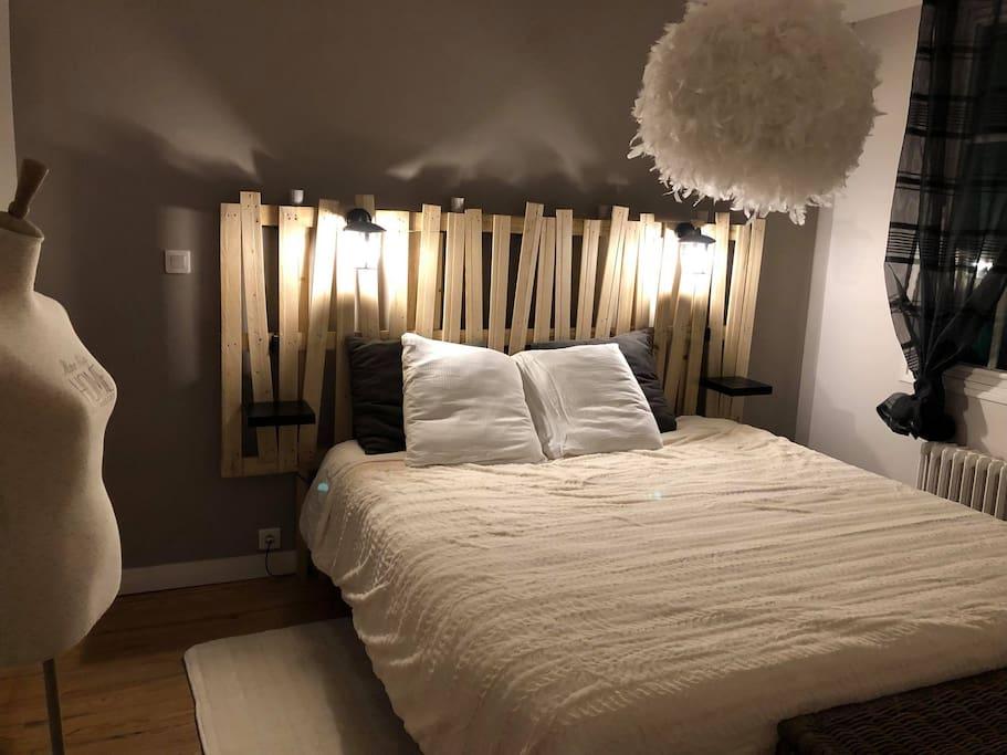 Chambre parentale à l'étage avec son dressing et son lit en 180