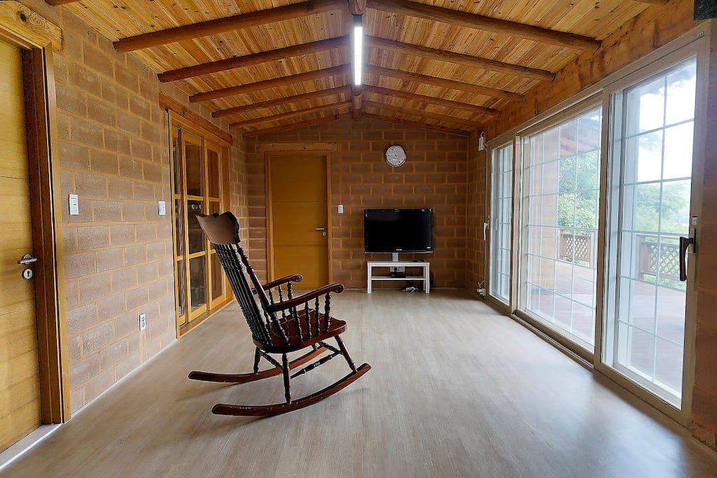 거실에서 내려다 보이는 풍경을 보며 자연의 여유로움을 느끼실 수 있습니다.