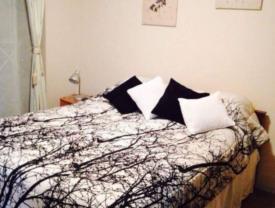 Dormitorio box spring con dos veladores. Dormitorio en suite con baño privado y  walking clóset.