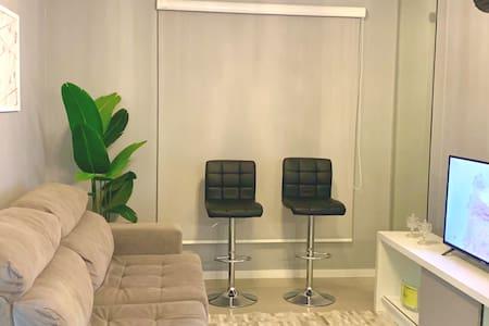 Ap 2 suites alt padrão/Centro/próx Imed-CEOM/bares