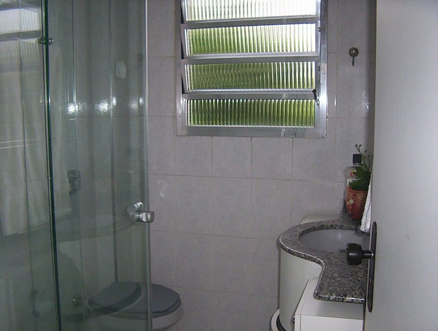 chuveiro elétrico, box, armários com carrinho,s ecador de cabelos, espelho