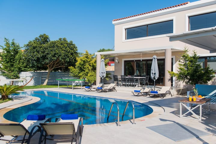 Superb Villa, pool & mini golf , 2km from town!