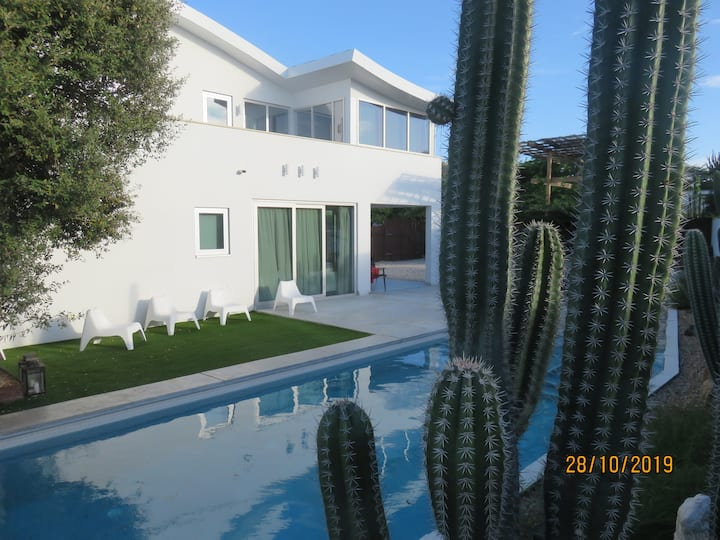 Villa + Large pool + 4-10 persons +kidsfriendly
