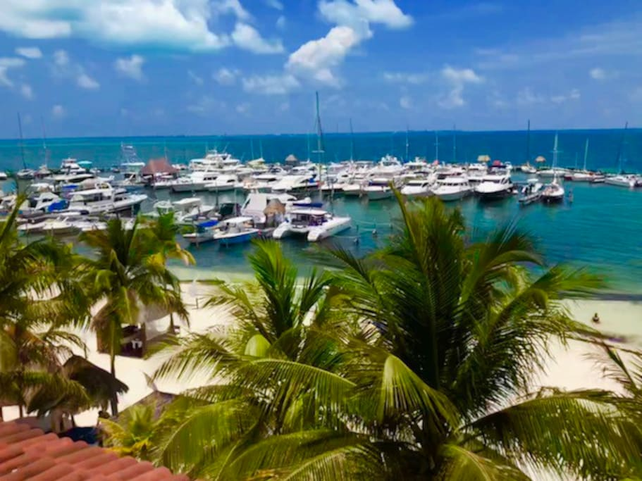 Dispone de una Marina Adosada al Resort, ideal para navegantes o aficionados a la pesca. Servicio de renta de embarcaciones con tripulación.