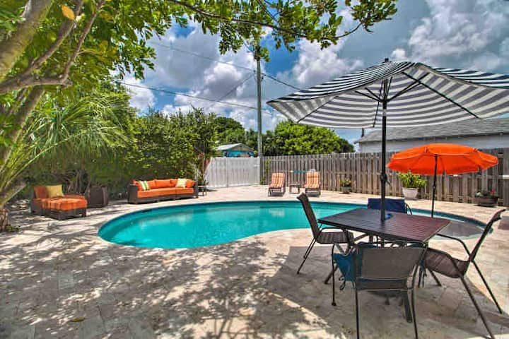 Poolside tropical getaway. Easy access to  fun!