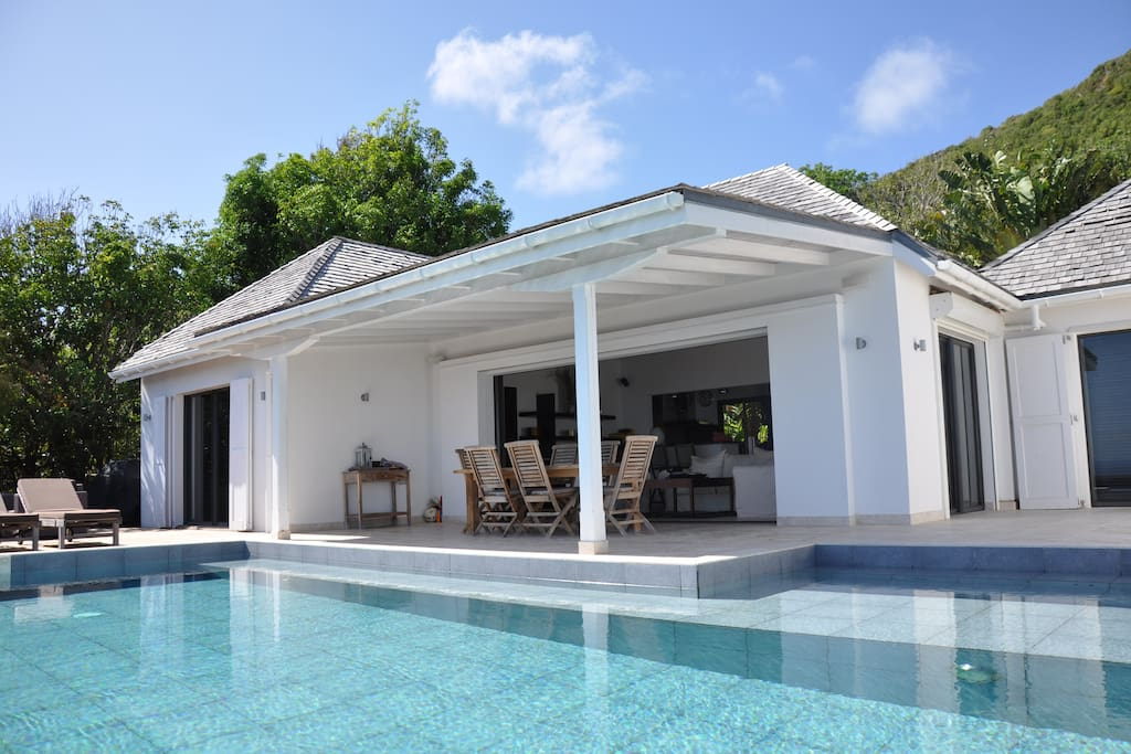 Belle terrasse ensoleillée , piscine a débordement