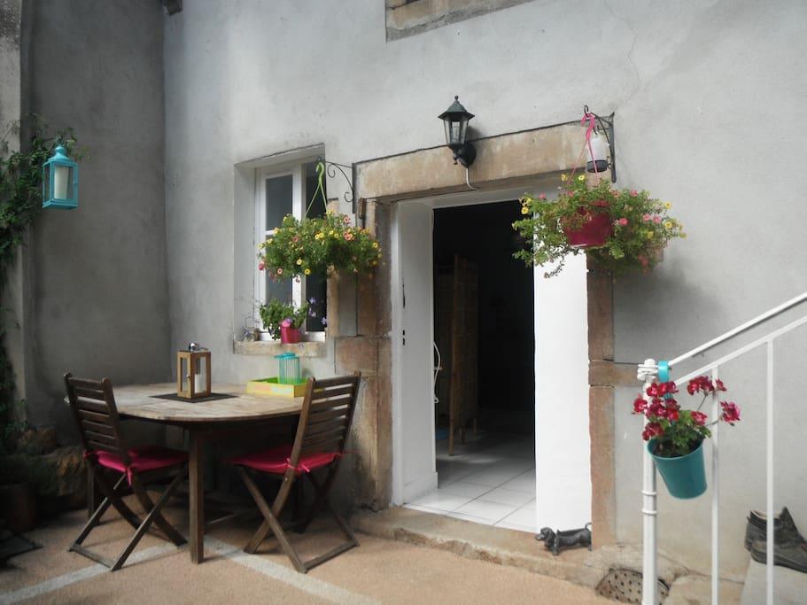 Entrée du Studio. Terrasse, salon de jardin.