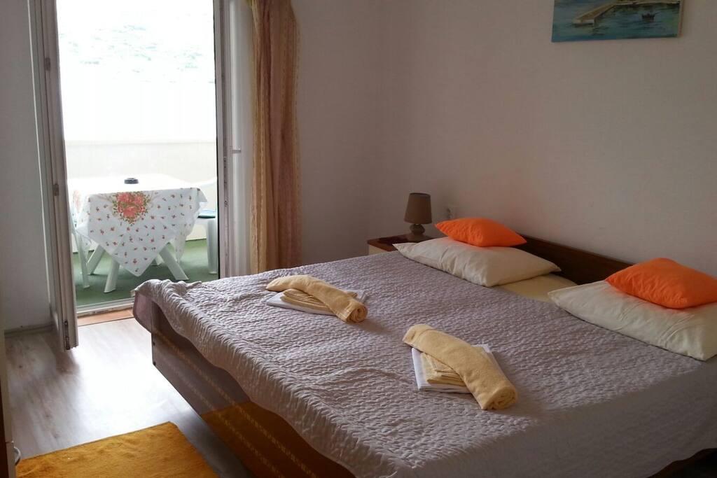Spavaća soba s bračnim krevetom dimenzija 190X200.Iz spavaće sobe izlazi se na balkon gdje je otvoren pogled prema moru. D