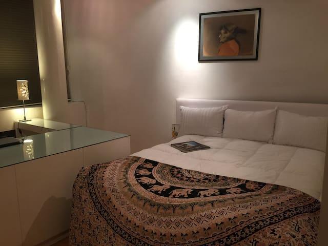 Acogedora habitación privada  Con cómoda cama ,escritorio television por cable   , impresora ideal para viaje de trabajo o placer.