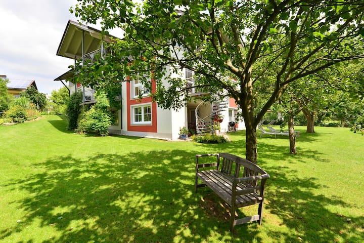 Bell'appartamento con sauna, terrazza coperta, giardino e casetta sull'albero per i bambini