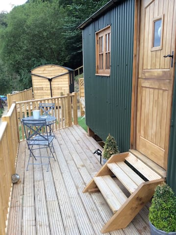 LLANGOLLEN SHEPHERDS HUTS  Private hot tub