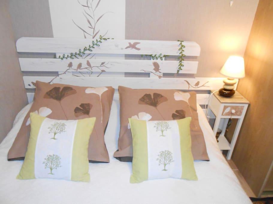"""Chambre """"nature"""". Tête de lit fait par la propriétaire"""