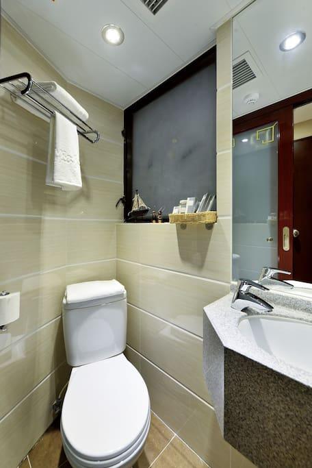 乾淨的獨立浴室