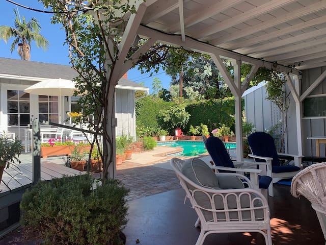 West LA charmer w/pool sleeps 4-6.  HSR19-001168