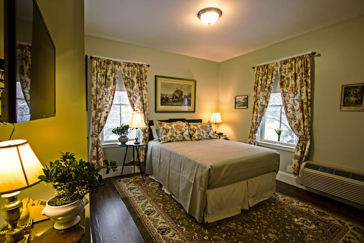 Deluxe room in Brookline B&B - Coolidge Corner