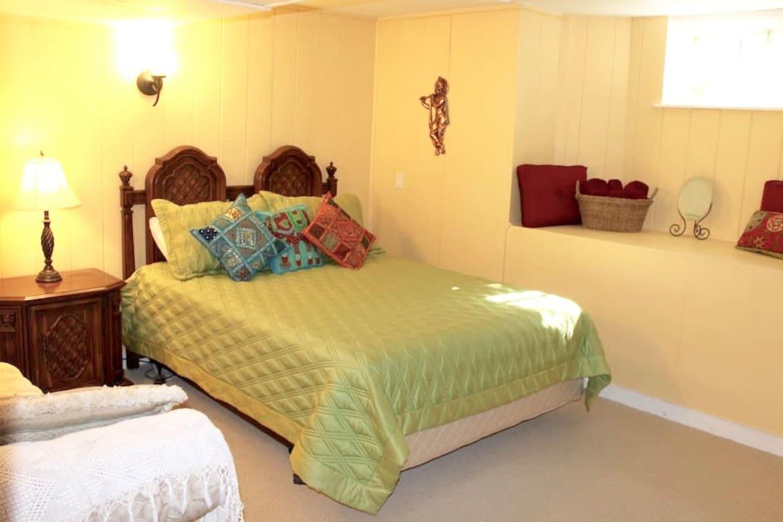 Ruby Room - 1 Queen bed & 1 Single bed