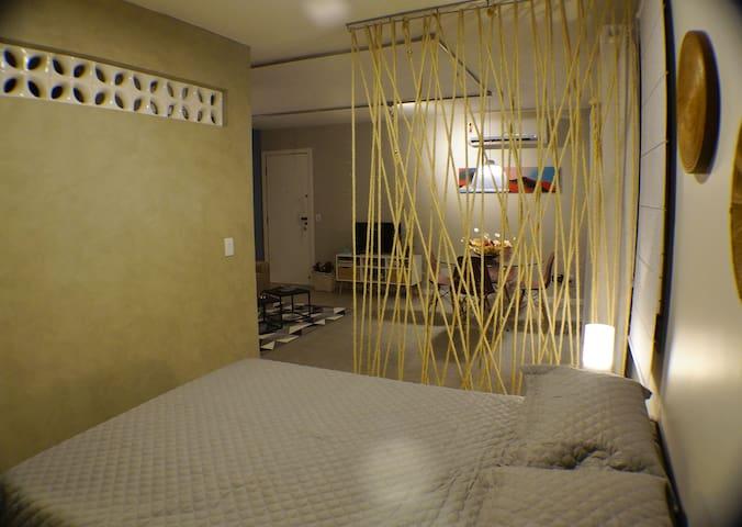 Quarto e sala vistas do quarto. Bedroom and living room viewed from bedroom.