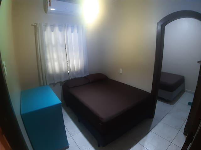 Quarto 4: 1 cama de casal. Este quarto tem 3 portas de acesso, a porta de entrada e mais duas portas laterais que acessam os outros 2 quartos.