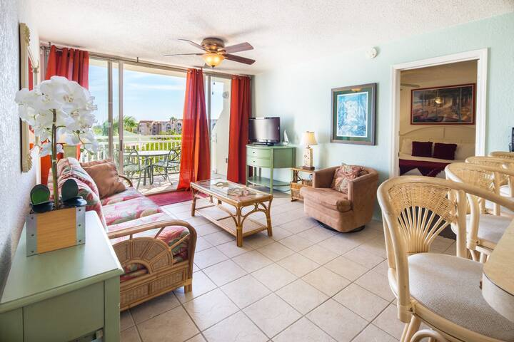Bright condo w/ shared pool & hot tub, parking spot, balcony -  family-friendly!