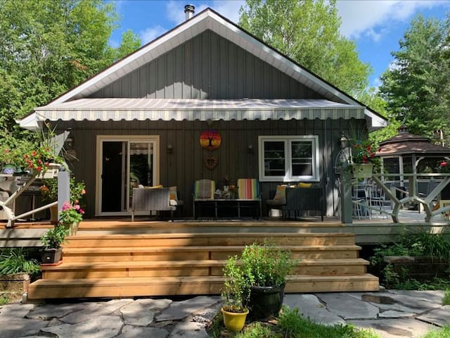 Lakehouse Off the Rideau (A Lovers' Hideaway)