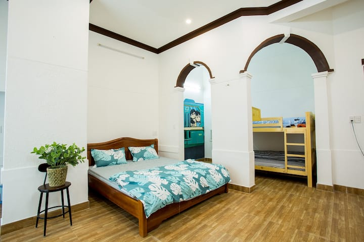 Large king bedroom, walking to beach