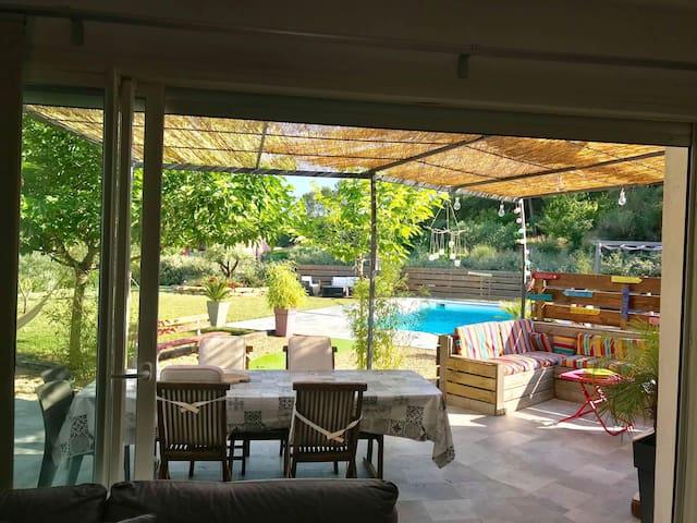Salon donnant sur la terrasse et la piscine
