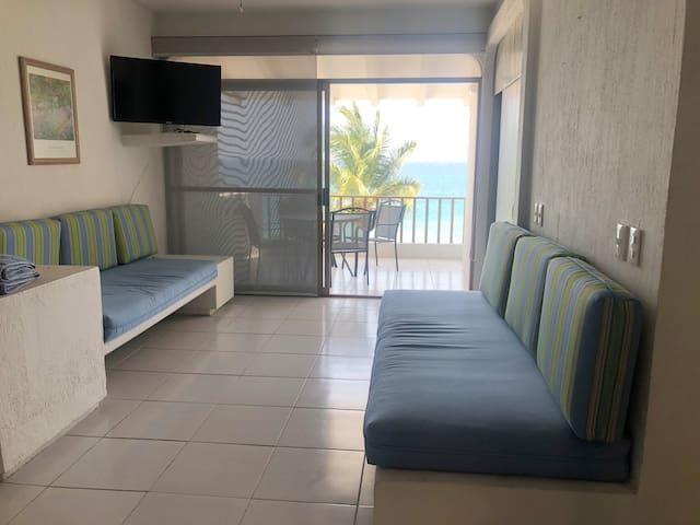 Sala de estar, cuenta con dos sillones que pueden ser utilizados como camas extra.
