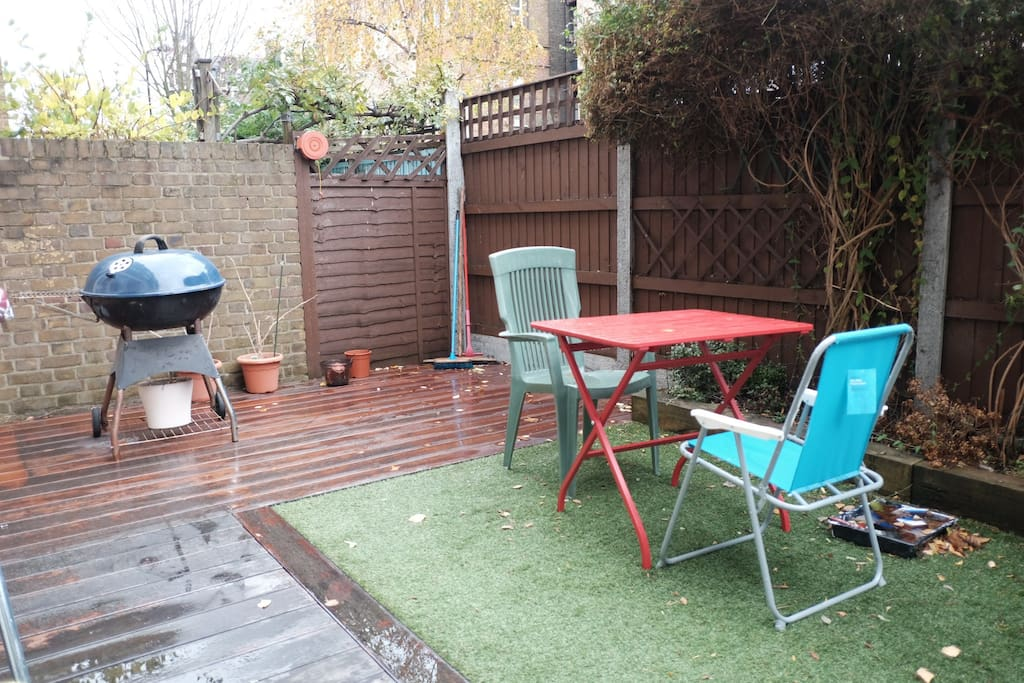 The small garden offers a wonderful silent space. Equipped with BBQ and numerous chairs.