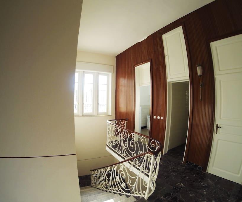 La scala principale, secondo vestibolo. Si intravede la cucina.