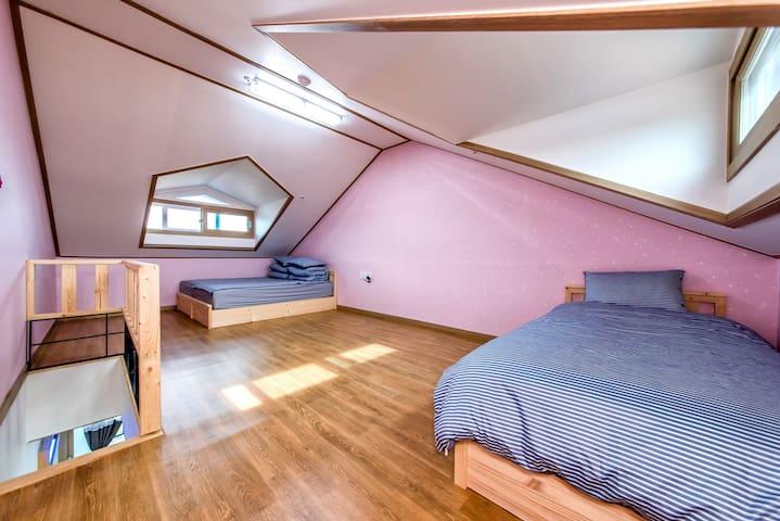 Yunseul room for friend! (Narsha House 나르샤하우스) - Andeok-myeon, Seogwipo-si - Pensión (alojamiento típico coreano)