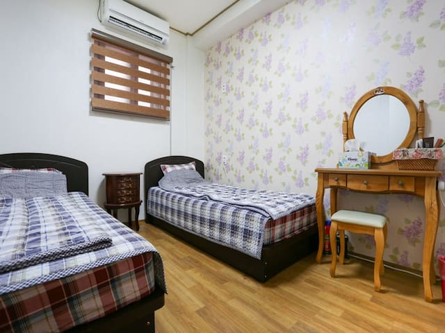 FUNSTAYGUESTHOUSE-BREAKFAST TWINROOM-A