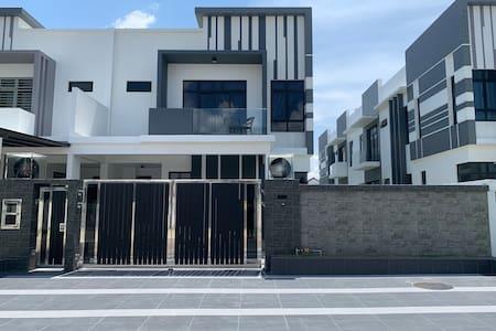 Bukit indah, Johor Bahru (Entire House,near Tuas)