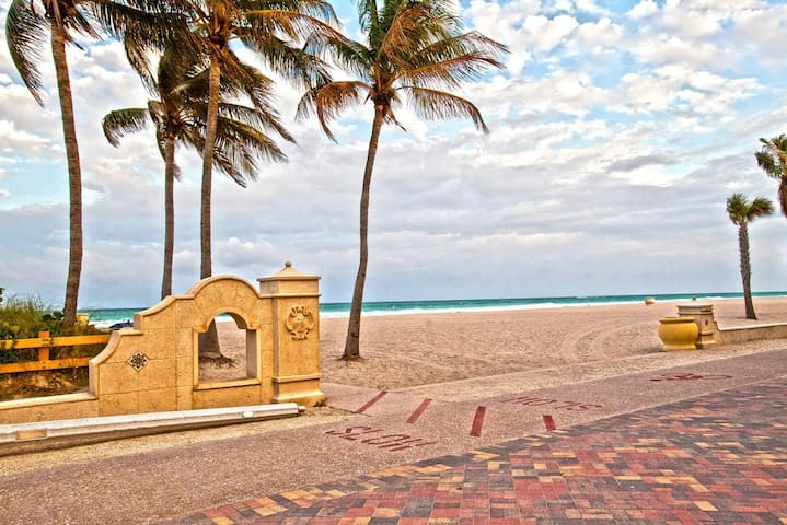 Hollywood Beach, Ocean Front