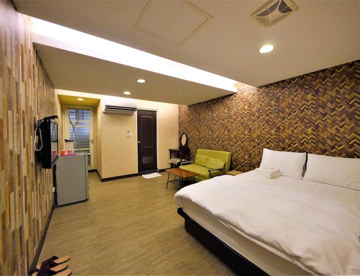 台北西門町 黃金森林(有陽台~禁菸~2人以上入住,與需使用2張床者,需加收費用)