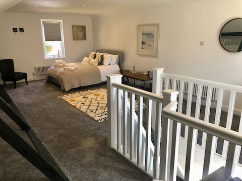 Central Petersfield/South Downs Boutique Lodge