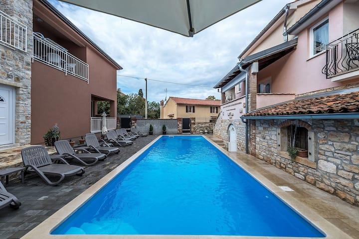 Modern apartment Noa II in Villa Valtrazza with pool in center of village Tar