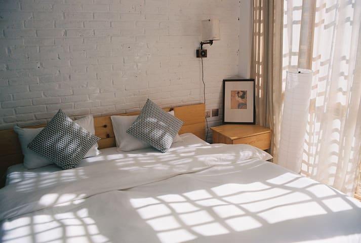大理古城中心位置适合拍照的日式庭院中的简约大床房【谷雨】