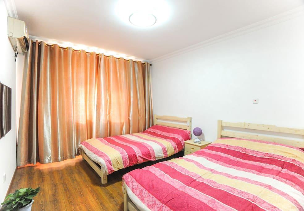 南房间二张舒适的单人床