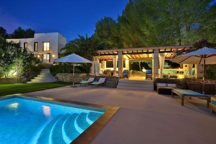 Villa luxueuse et spacieuse a Antibes