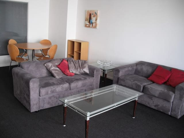 Modern 2 bedroom fully furnished apt in secure blg - Hamilton