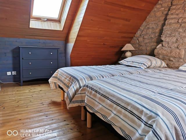 Chambre à l'étage,deux lits de 90x200 (Literie neuve, août 2020), les lits sont faits à votre arrivée pour que vous puissiez profiter tout de suite de vos vacances.